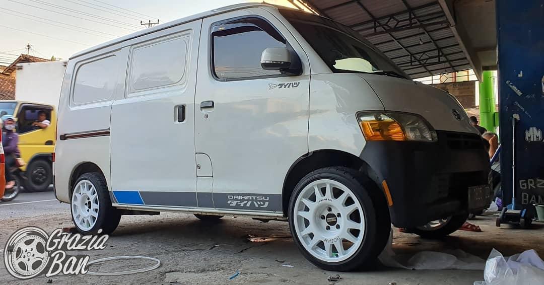 Daihatsu Granmax On DAKAR ZERO White+Black Lettering 17x8.0 5x114.3