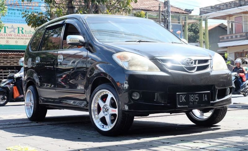 Toyota Avanza On LMGT2 Silver Machine Lip/Gold Rivets 17x7.5/8.5 8x100/114.3 +38 +30